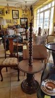 Faragott állólámpa kis asztalkával kombinálva