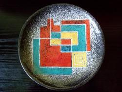 Falitányér zsűrizett négyzetes mintával