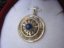 Arany és ezüst, dombormintás lápisz lazuli medál - jelzett