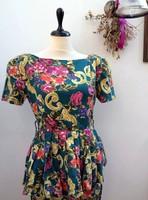 Virágos ruha peplummal