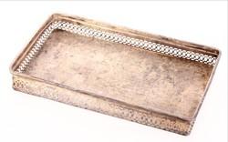 Kínáló tálca ezüstözött áttört mintázattal az oldalán