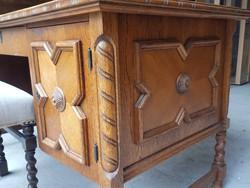 Eladó egy koloniál  íróasztal székkel. Bútor jó állapotú, erős és stabil. Ára:44900ft Méretei:138cm