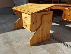 Eladó egy Fenyő íróasztal dönthető írólappal és állítható magasságú. Bútor szép állapotú, erős és st