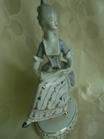 Hollóházi porcelán barokk hölgy kottával