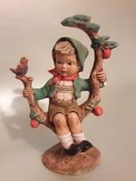 Kerámia fiú az almafán jelzett
