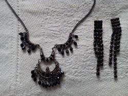 Fekete alkalmi nyakék fülbevalóval