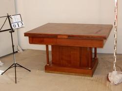 Kinyitható nagy asztal