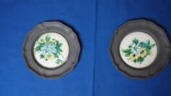 Két régi, virágos, porcelán betétes, kis ón tányér