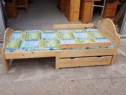 Eladó egy állítható fenyő  Gyerekágy + ágyneműtartó +matrac. Bútor szép állapotú,erős ágyrács van ho