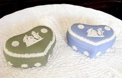Két darab Wedgwood, hibátlan porcelán, jelenetes szív alakú cukordoboz, bonbonier, akár ajándékba is