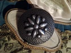 Ezüstözött retro kézműves virágos bross