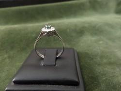 18K fehér arany gyűrű smaragddal és brillekkel