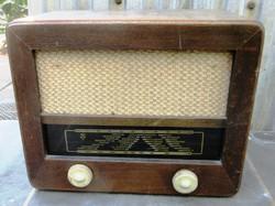 Orion 313 Typ elektroncsöves rádió, üzemképes szól, dug villa hiányzik, ki-be kapcsoló nem jó.
