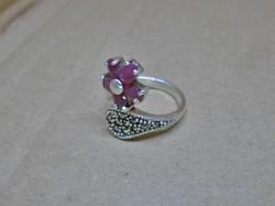 Egyedi szép ezüstgyűrű valódi rubinokkal,markazittal