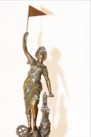 A győztes női szobor