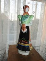 Hollóházi 1. osztályú kézzel festett népviseletbe öltözött keszkenős menyecske
