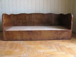 Régi ágy tárolóval, hullám formájú kerettel, matrac nélkül