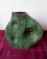 A Studiokeramik egyedi, mutatós 18,5 cm magas kerámia váza