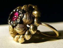 Páratlan antik arany fülbevaló