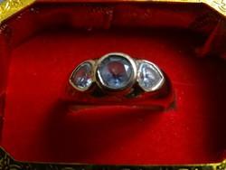 Aranyozott gyűrű szív alakú kristály kövekkel