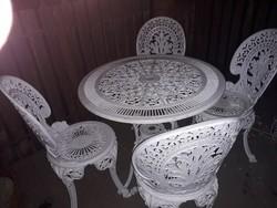 Kerti garnitúra 7 szék egy asztal.