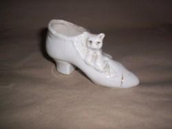 Porcelán kiscipő macskával, antik (198.)