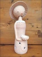 Kalapos hölgy kerámia szobor