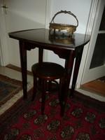 Jellegzetes szecessziós kecses, magas Thonet-Mundus lábú asztal az 1910-es évekből