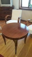Két karfás fotel asztallal