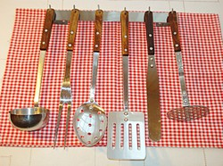 Tálalókészlet és  konyhai eszközök, fali akasztóval