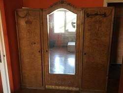 Szép, méretes, de jól használható tükrös szekrény, komód, ágy a 20. század elejéről topolyafából