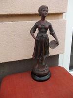 On vagy spiáter szobor  Halat kosárba tartó nő.