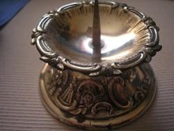 Ezüstszínű fém dús mintázattal gyertya+tartó gyertyával együtt eladó