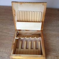 Cigaretta tartó doboz fából, faragott