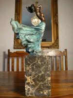 Női akt a szélben bronz szobor