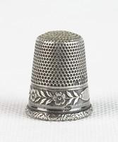 0T768 Antik jelzett díszes ezüst gyűszű