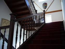 Antik, 1905-ben épített, szlavón tölgy lépcső eladó.