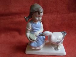 Bájos német porcelán figura: Kislány libával