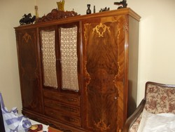 Antik neobarokk kézi faragással díszített intarziás szekrény