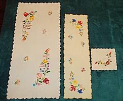 Kalocsai mintás, kézzel hímzett terítők