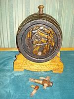 Régi, faragásokkal díszített eperfa hordó (10l), tartóval, csapokkal