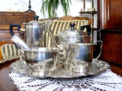Ezüstözött hat darabos teás készlet, két kanna, tejszín kiöntő, cukortartó, tálca és cukorcsipesz