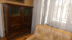Koloniál szekrény, kétajtós, ólomüvegbetétes különlegesen szép intarziával és faragással