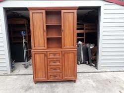 Eladó egy BLACK RED WHITE gyártmányú tálaló szekrény. Bútor szép állapotú. Külső Méretei:125cm x 45c