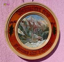 Faragott falitányér szignált festménnyel, Imahely az Alpok csúcsainak árnyékában