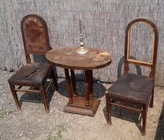 Régi ovális asztal és bőrszékek felújításra, fájuk jó