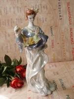 Nagyméretű,elegáns,irrizáló mázas virágfüzéres porcelán lány