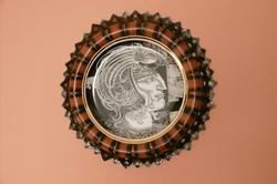 Szász  Endre tervezésű hollóházi  porcelántányér bőrkeretben