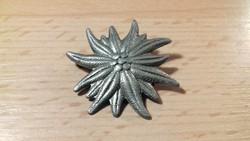 Ezüst színű virág formájú bross, kitűző 057