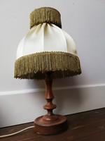 Faragott fa testű éjjeli lámpa rojtos romantikus ernyővel